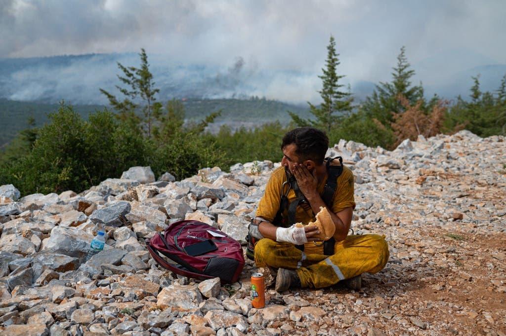 متطوع شارك في إطفاء حرائق موغلا في تركيا