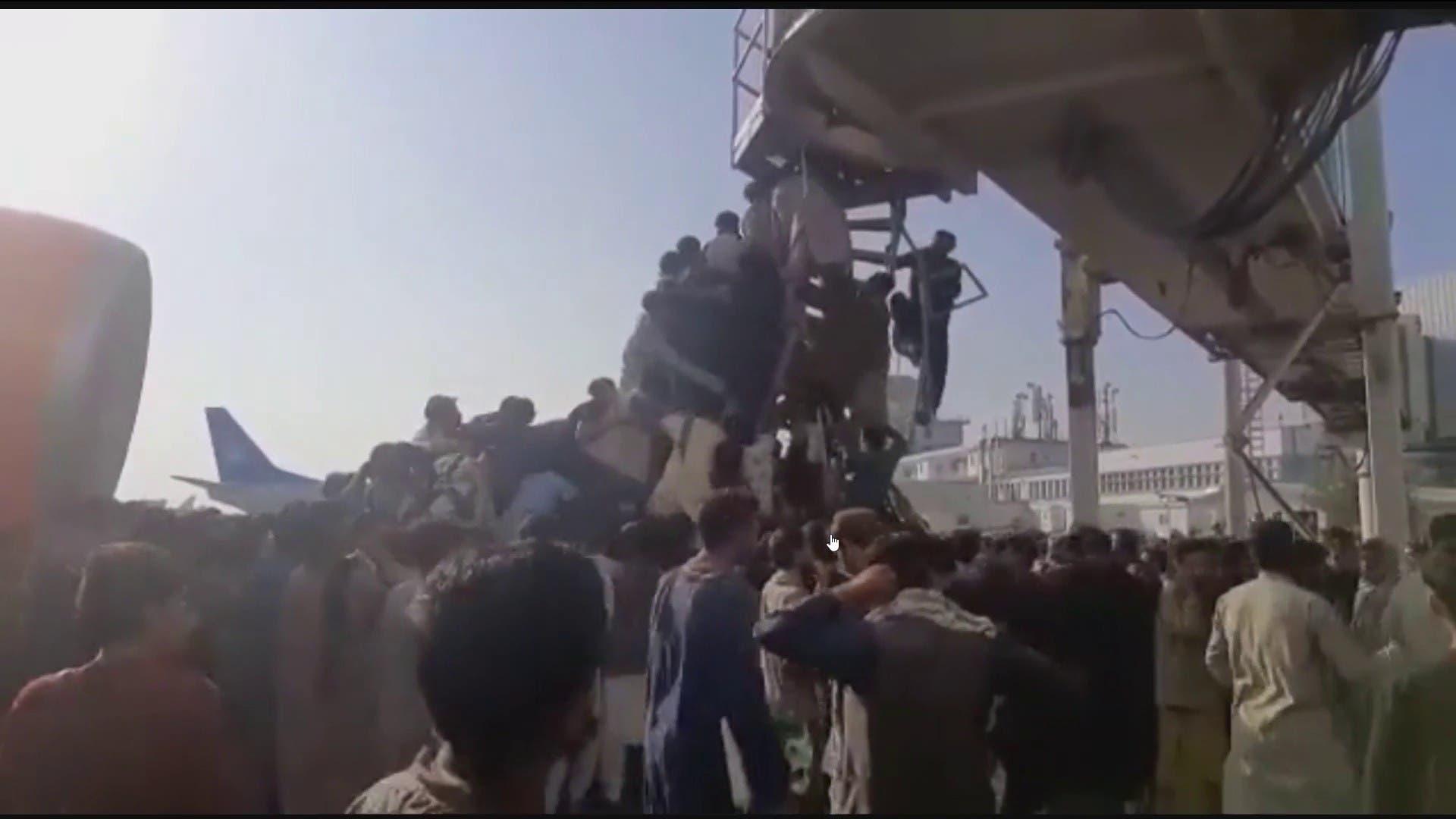 صور لتسلق أفغانيين سلم طائرة رابضة بمطار كابل