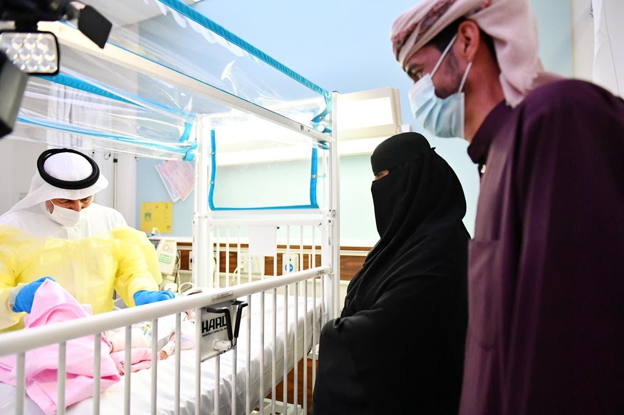 والدا الطفلة عائشة مع الدكتور الربيعة