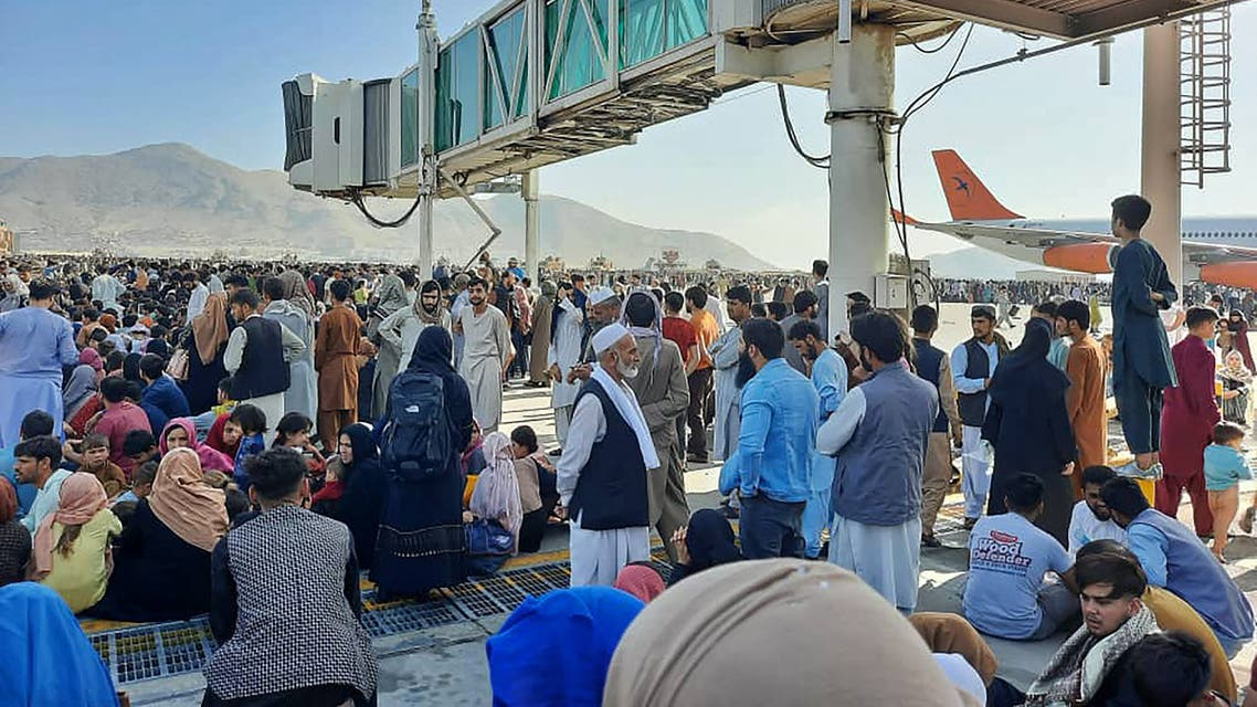 أفغان يحتشدون في مدرج مطار كابول يوم 16 أغسطس (فرانس برس)