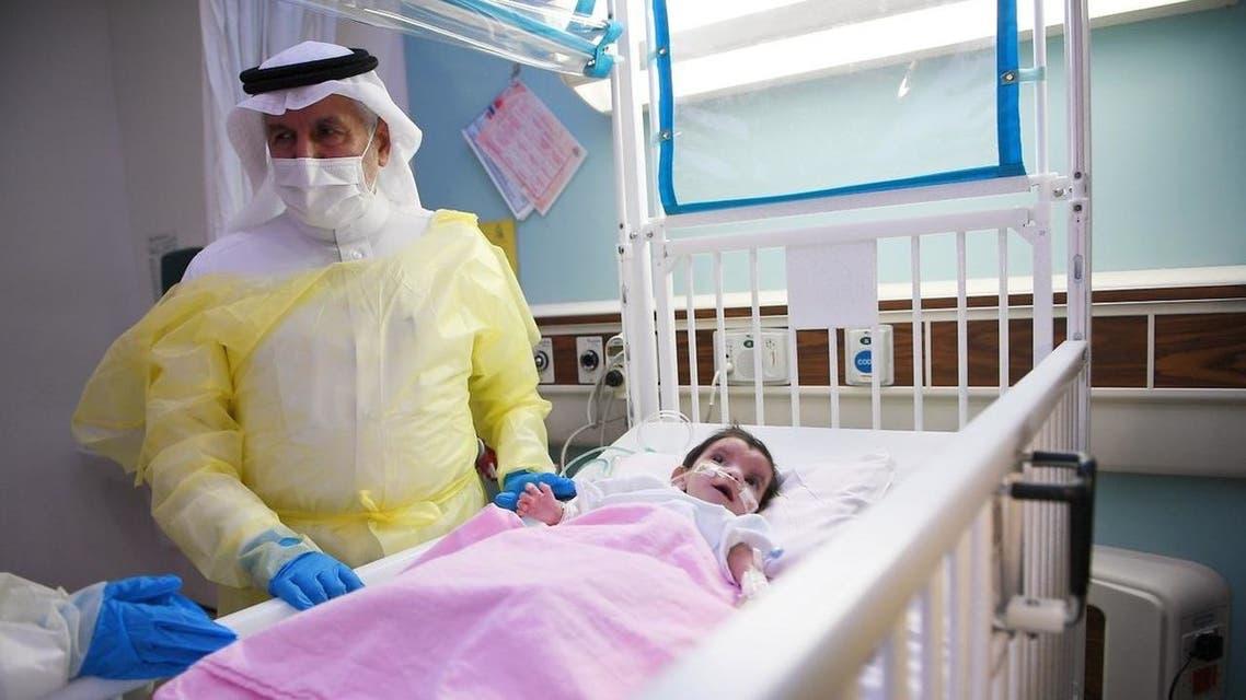 الدكتور الربيعة يتطمن على حالة الطفلة