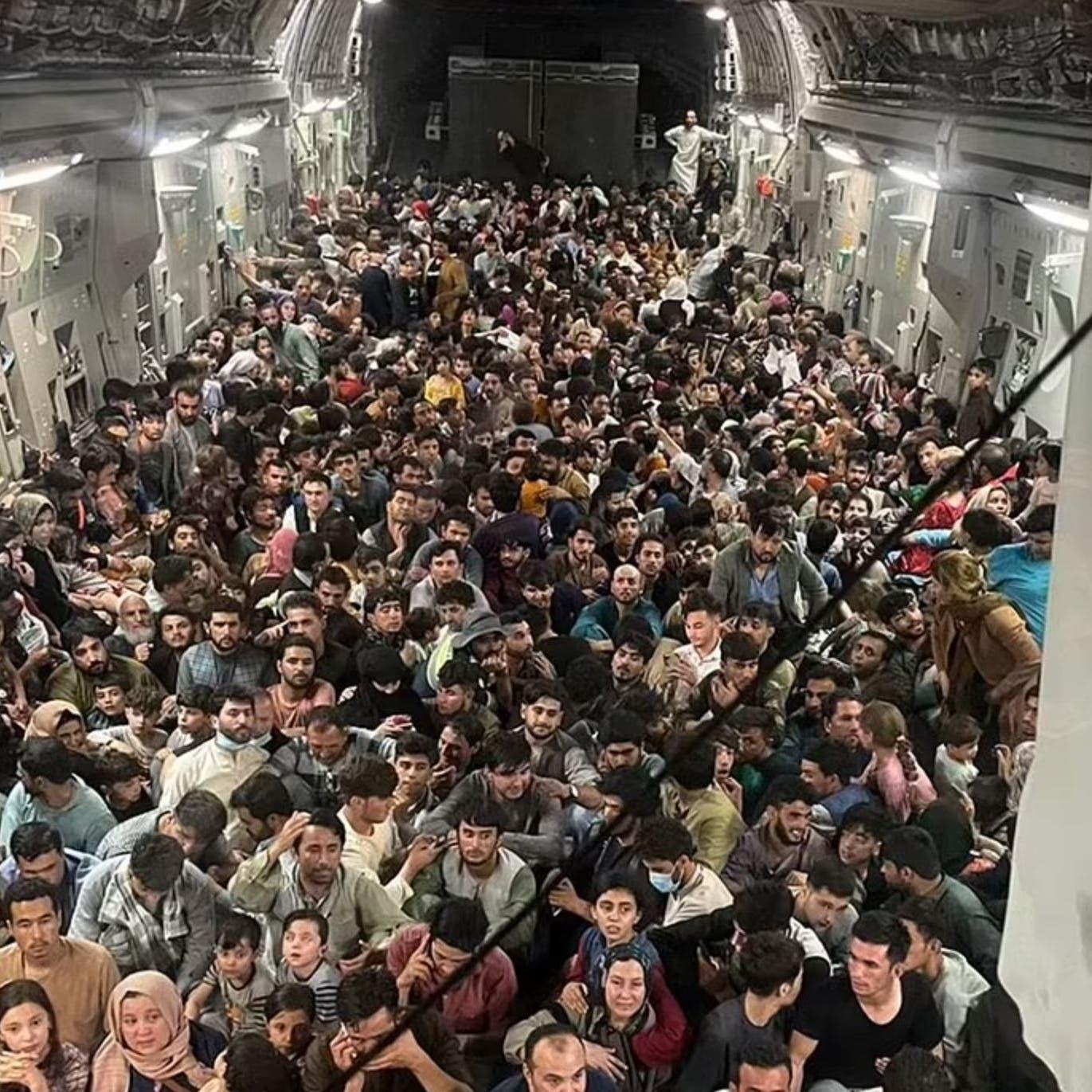 صورة لا تصدق.. مئات الأفغان يقلعون بطائرة لربع العدد
