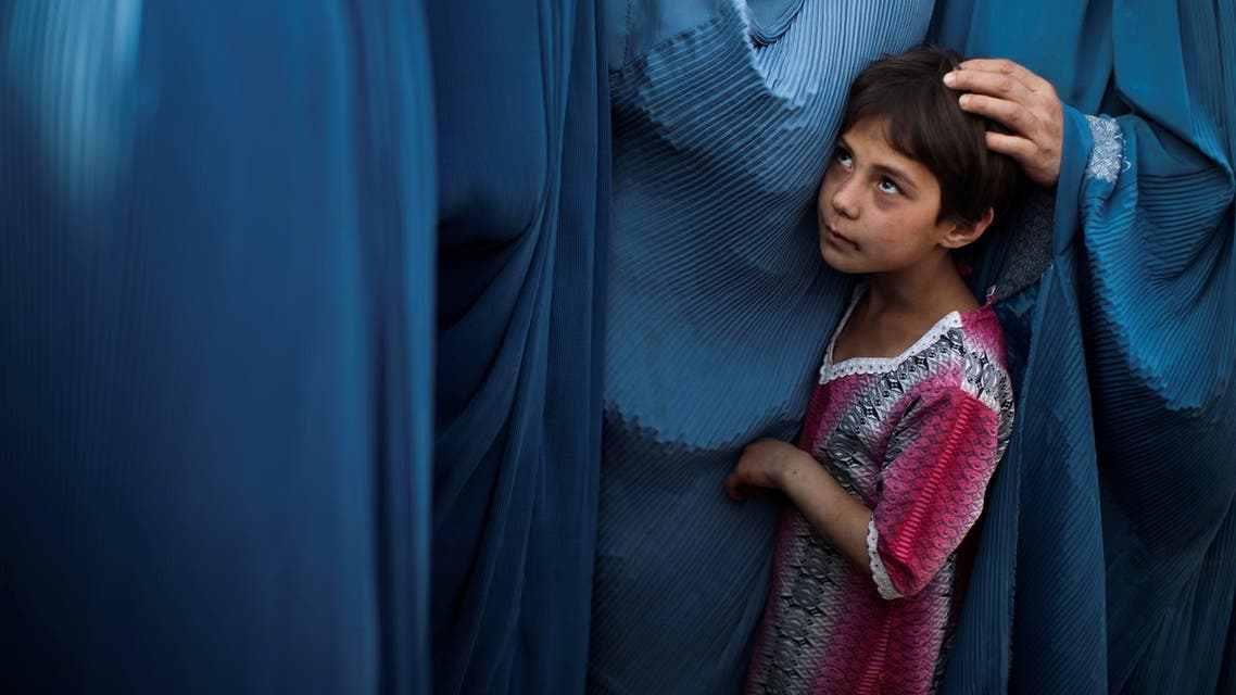 An Afghan girl stands in line with her mother to get food package on the outskirts of Kabul, Afghanistan September 14, 2010. (File photo: Reuters)