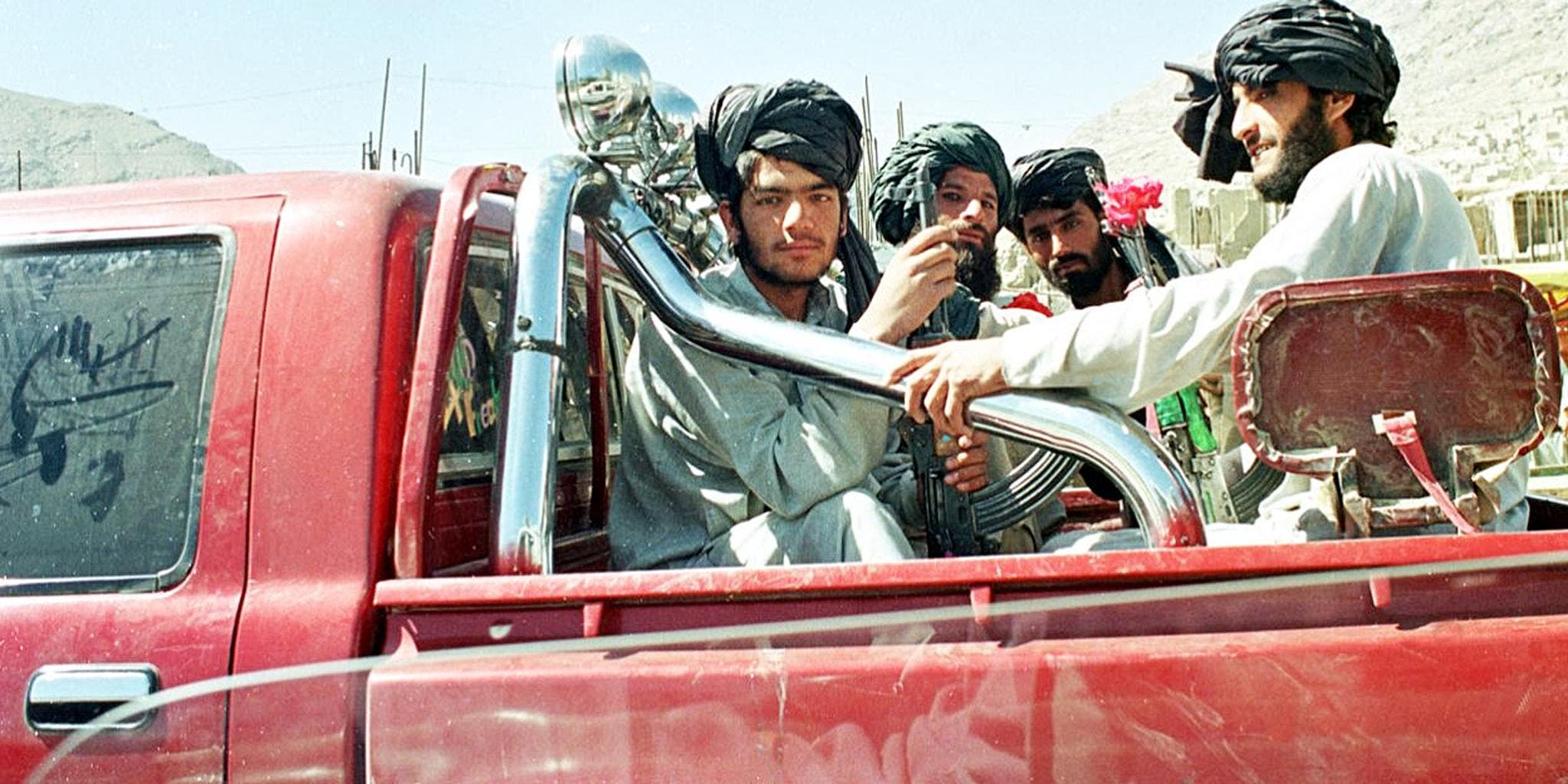 Afghan Taliban fighters sit in the back of a pick up truck on the way to the frontline north of Kabul, 27 September 2001.(File photo: AFP)