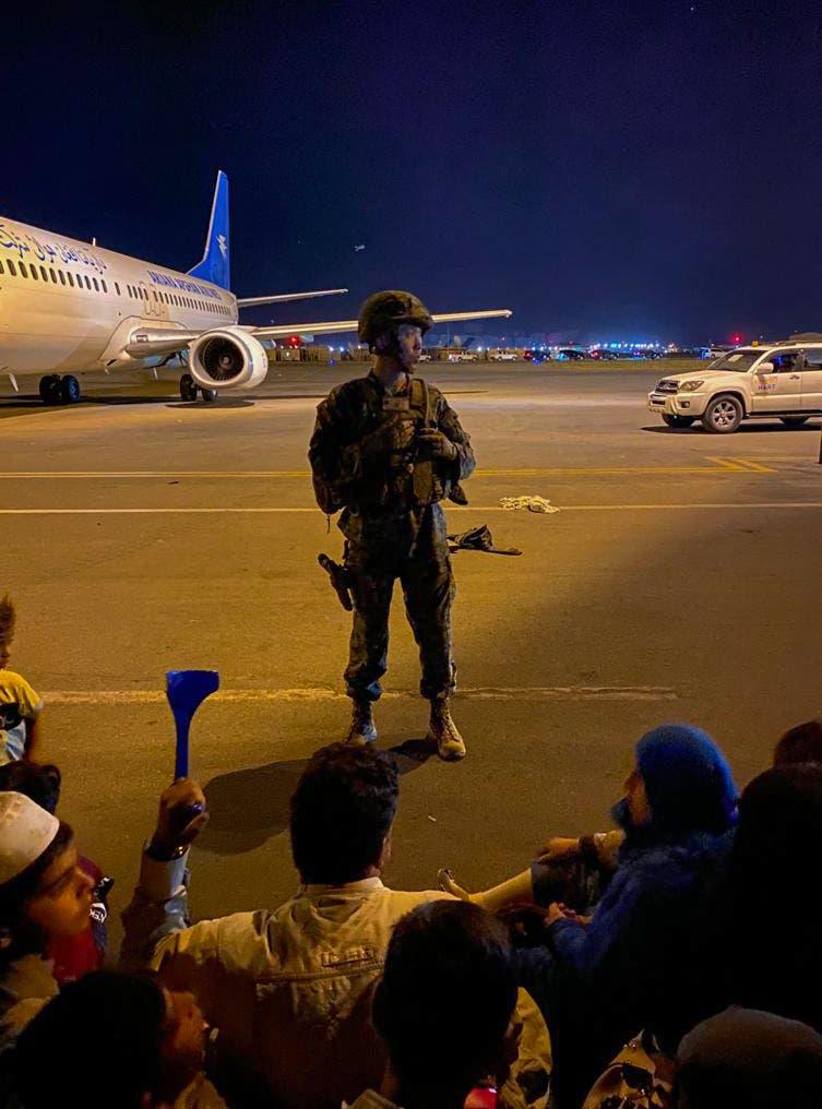 جندي أميركي يؤمن إقلاع الرحلات وسط الفوضى في مطار كابل ليلة الاثنين الثلاثاء