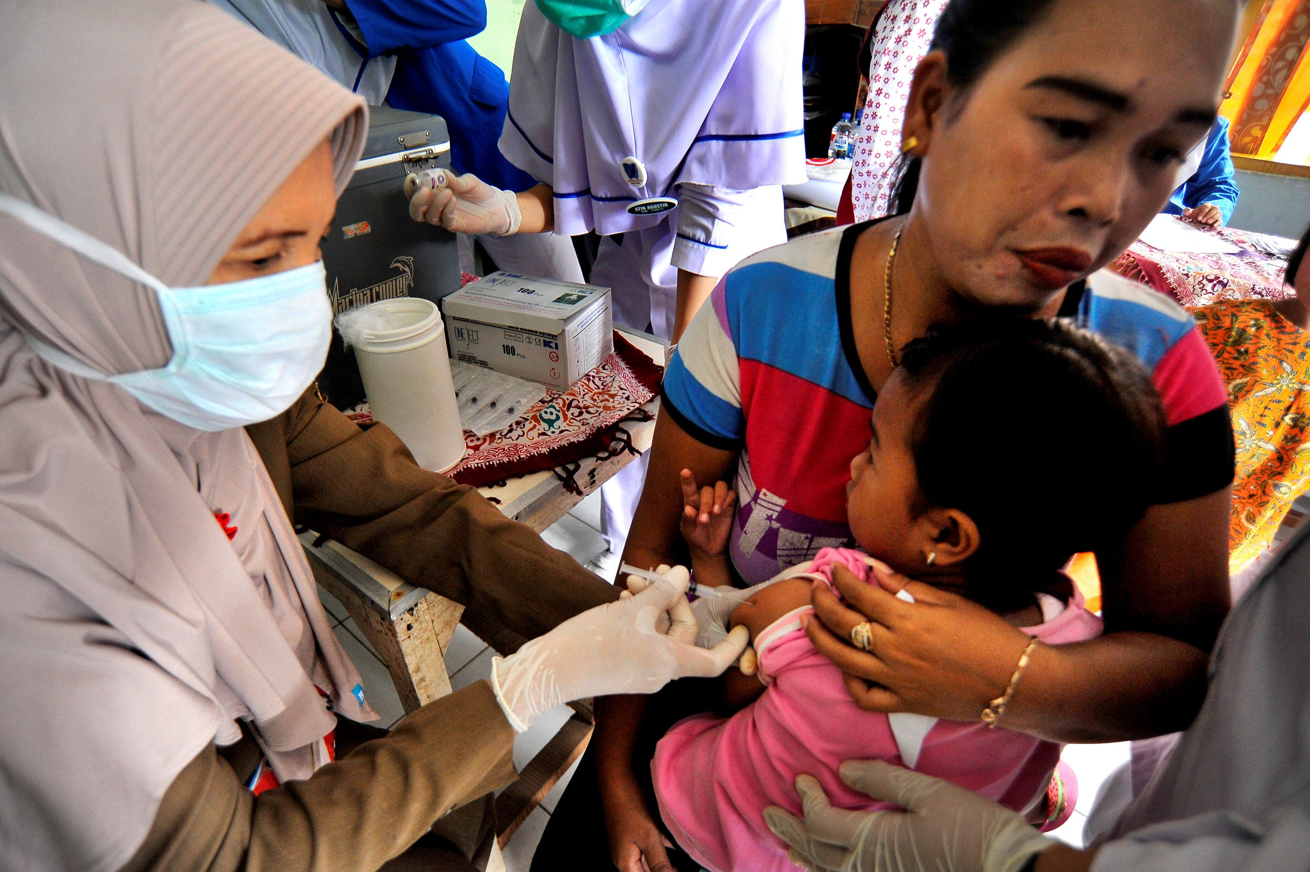 A medical officers vaccinates a child for DPT (Diphtheria, Tetanus and Pertussis or Whooping Cough) in Serang, Banten province, Indonesia December 11, 2017. (File photo: Reuters)