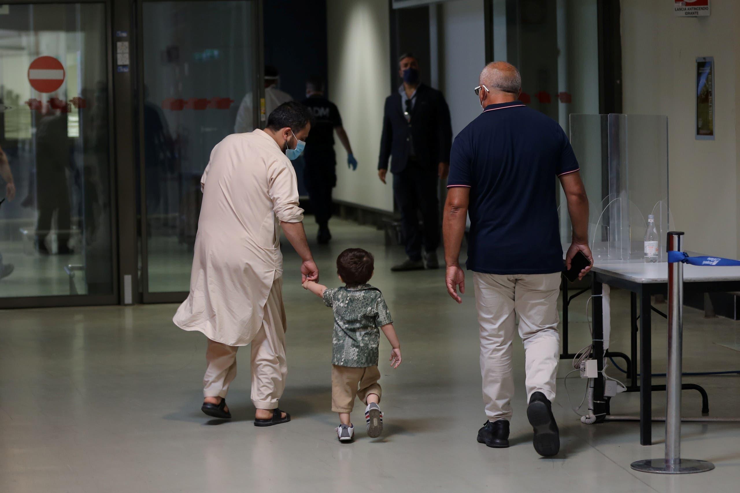 طفل أفغاني يصل إلى مطار روما بعد إجلائه من كابل