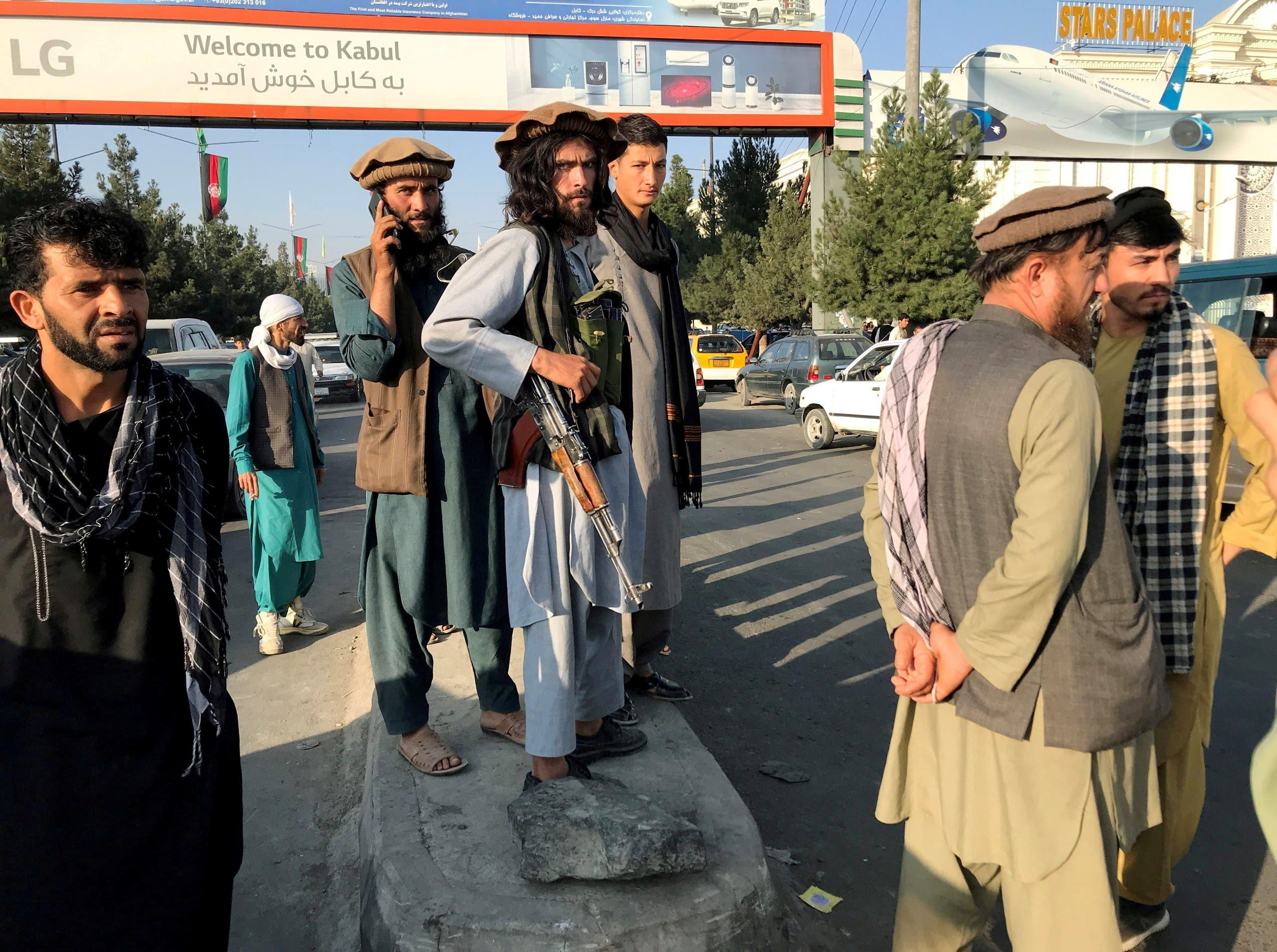 مقاتلو طالبان في محيط مطار كابل
