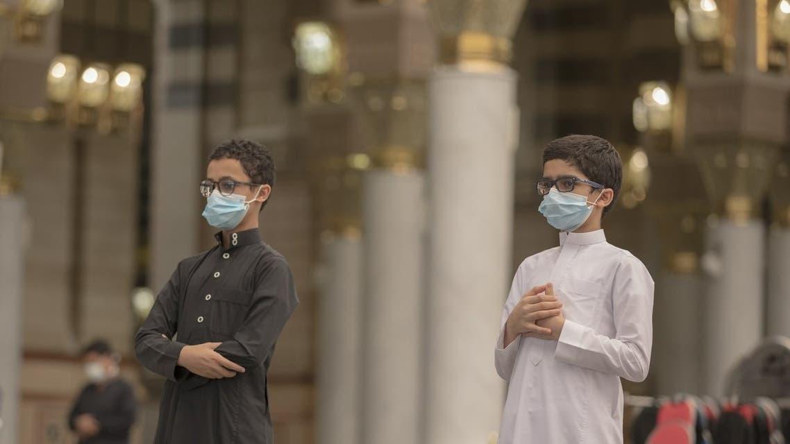 فتيان يؤدون الصلاة داخل المسجد النبوي