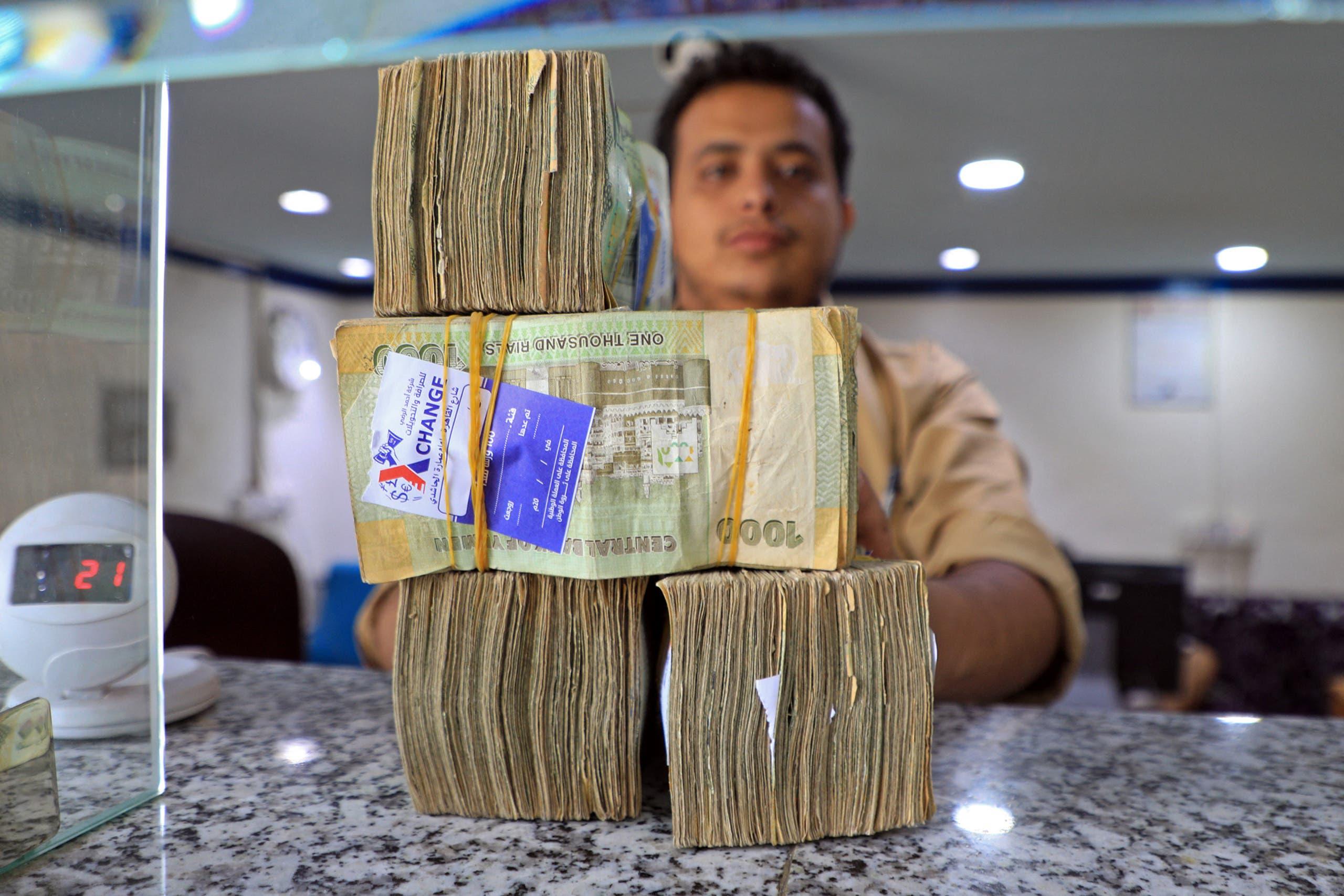 العملة اليمنية التي تدهور سعر صرفها في أحد محلات الصرافة