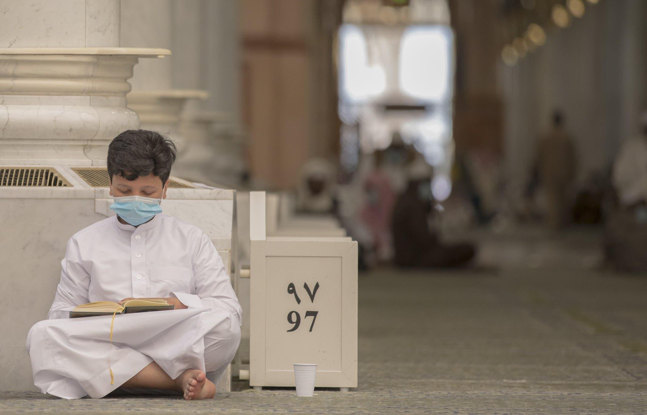 احد الفتيان يتلوا القرآن داخل المسجد النبوي