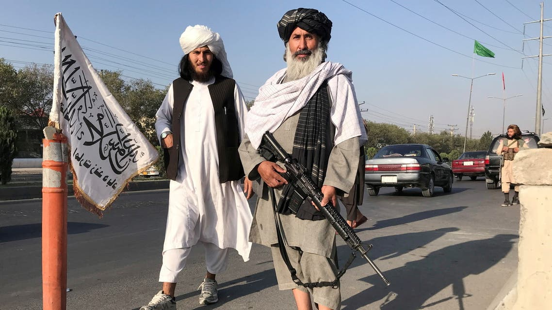 FILE PHOTO: A Taliban fighter holding an M16 assault rifle stands outside the Interior Ministry in Kabul, Afghanistan, August 16, 2021.REUTERS/Stringer/File Photo