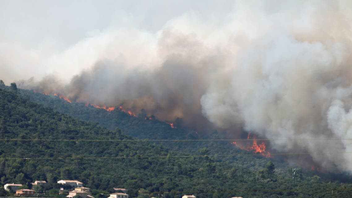 Smoke fills the sky as flames from a wildfire burn trees near Seillons, in the Var department, France, July 25, 2017. (File photo: Reuters)