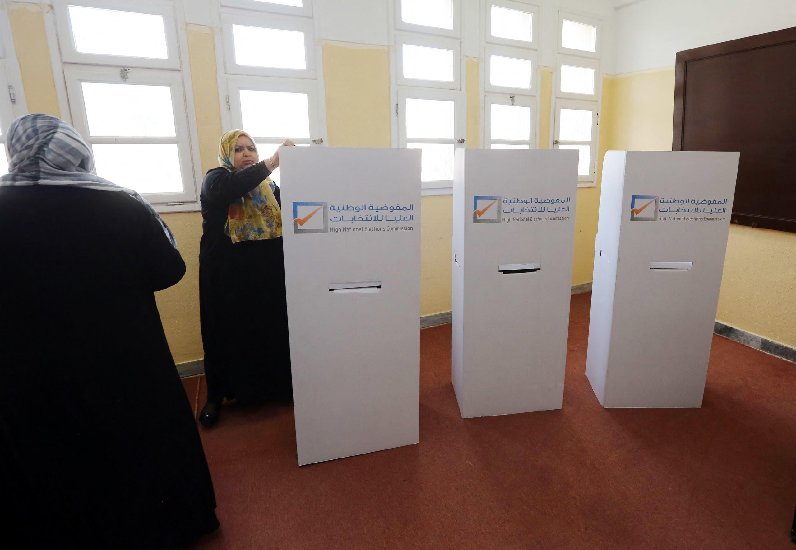 سيدة تدلي بصوتها في آخر انتخابات شهدتها ليبيا في 2014