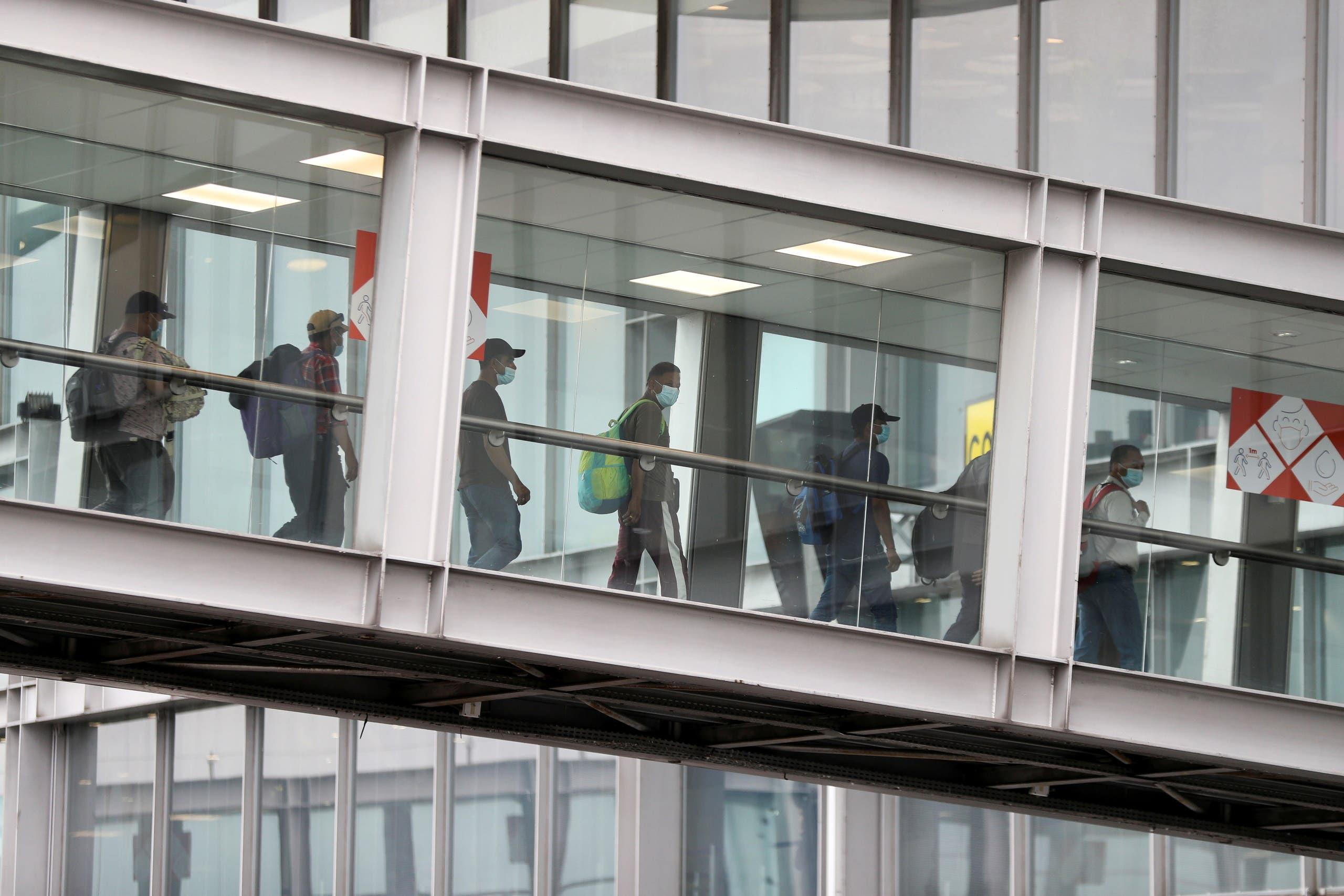 أشخاص تم إجلاؤهم من كابل يصلون مطار باريس
