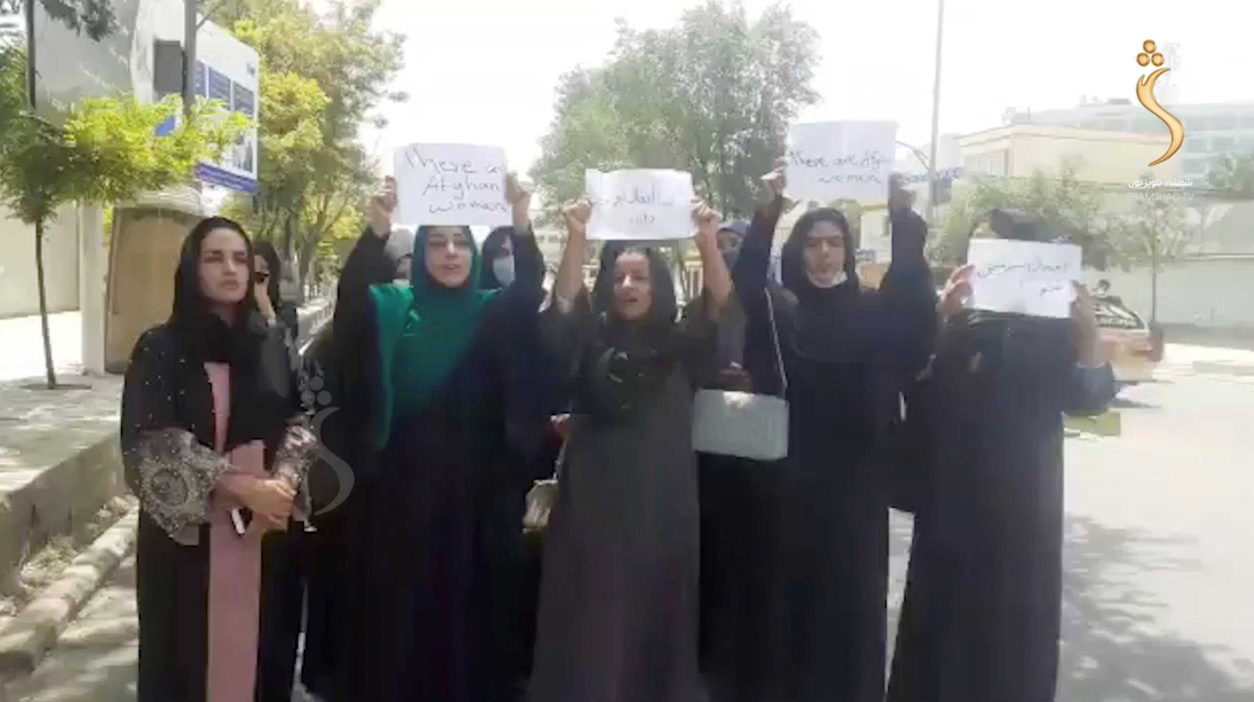 أفغانيات نظمن احتجاجاً أمس في كابل لمطالبة طالبان باحترام حقوقهن
