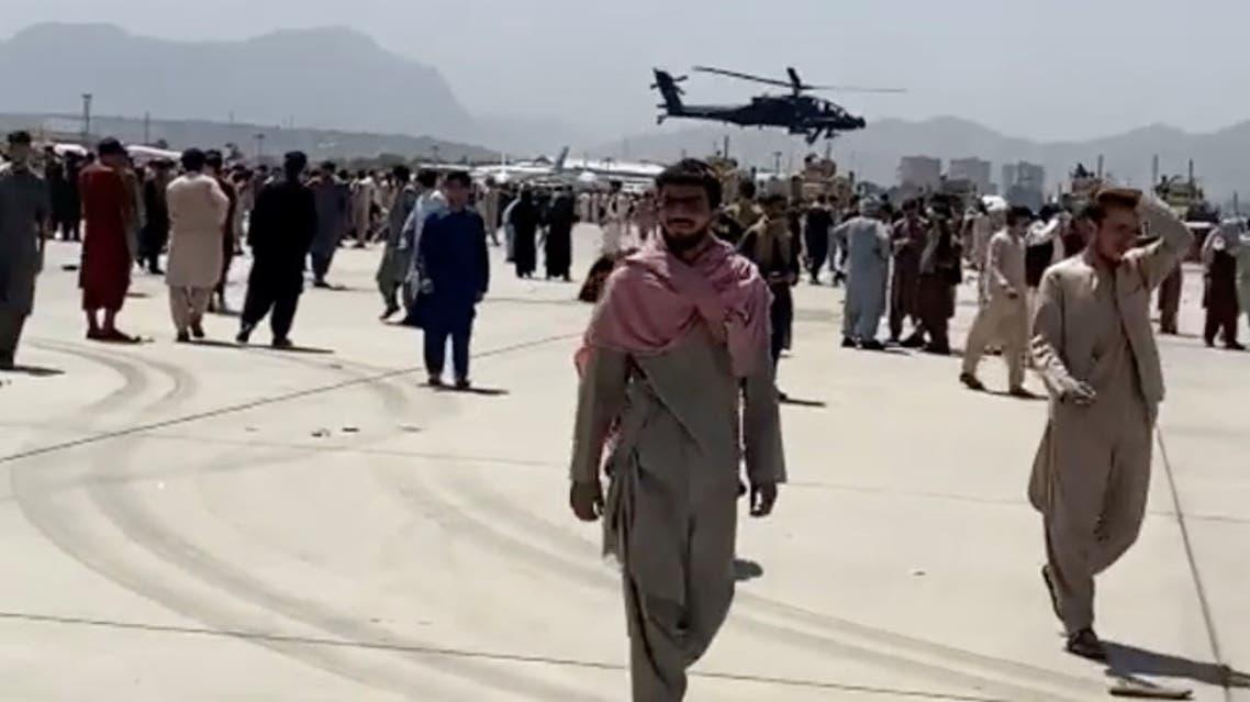 حشود في مطار كابل (رويترز)