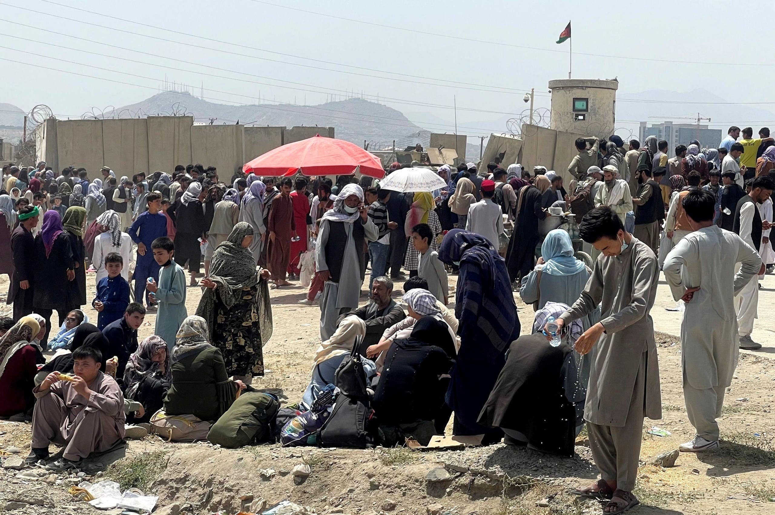 مدنيون انتظروا أمس خارج مطار كابل على أمل الخروج من أفغانستان