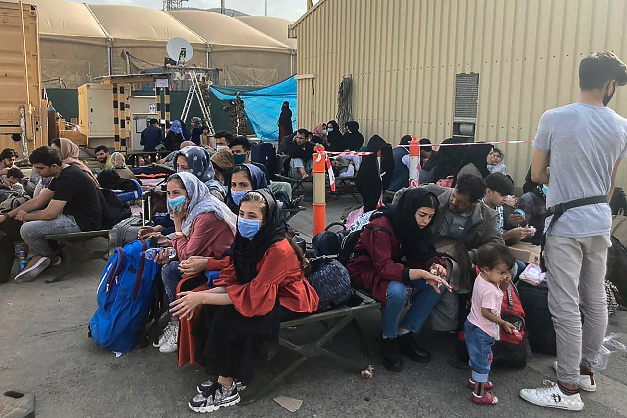 مدنيون يتكدسون داخل مطار كابل اليوم على أمل الخروج من أفغانستان