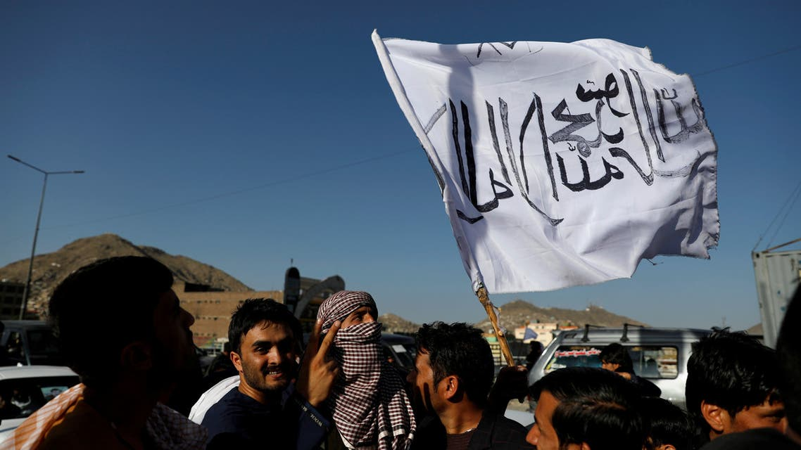 A member of the Taliban holds a flag in Kabul, Afghanistan June 16, 2018. (File photo: Reuters)