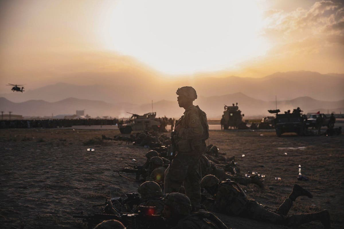 US Army Soldiers assigned to the 10th Mountain Division stand security at Hamid Karzai International Airport, Kabul, Afghanistan, August 15, 2021. (Reuters)