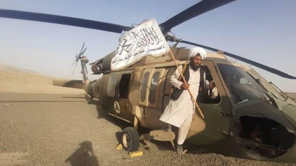 عناصر من طالبان استولوا على مروحية بلا هوك (تويتر)