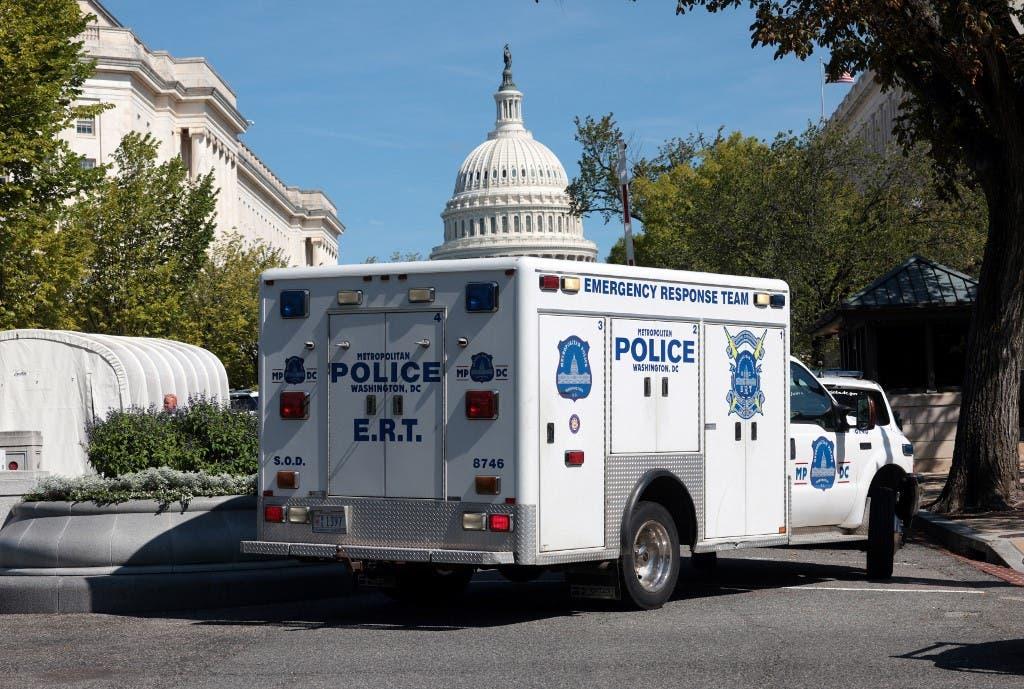 شرطة الكابيتول أمام مبنى الكونغرس