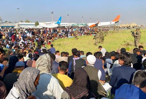آلاف الأفغان في محيط مطار كابل (أ ب)