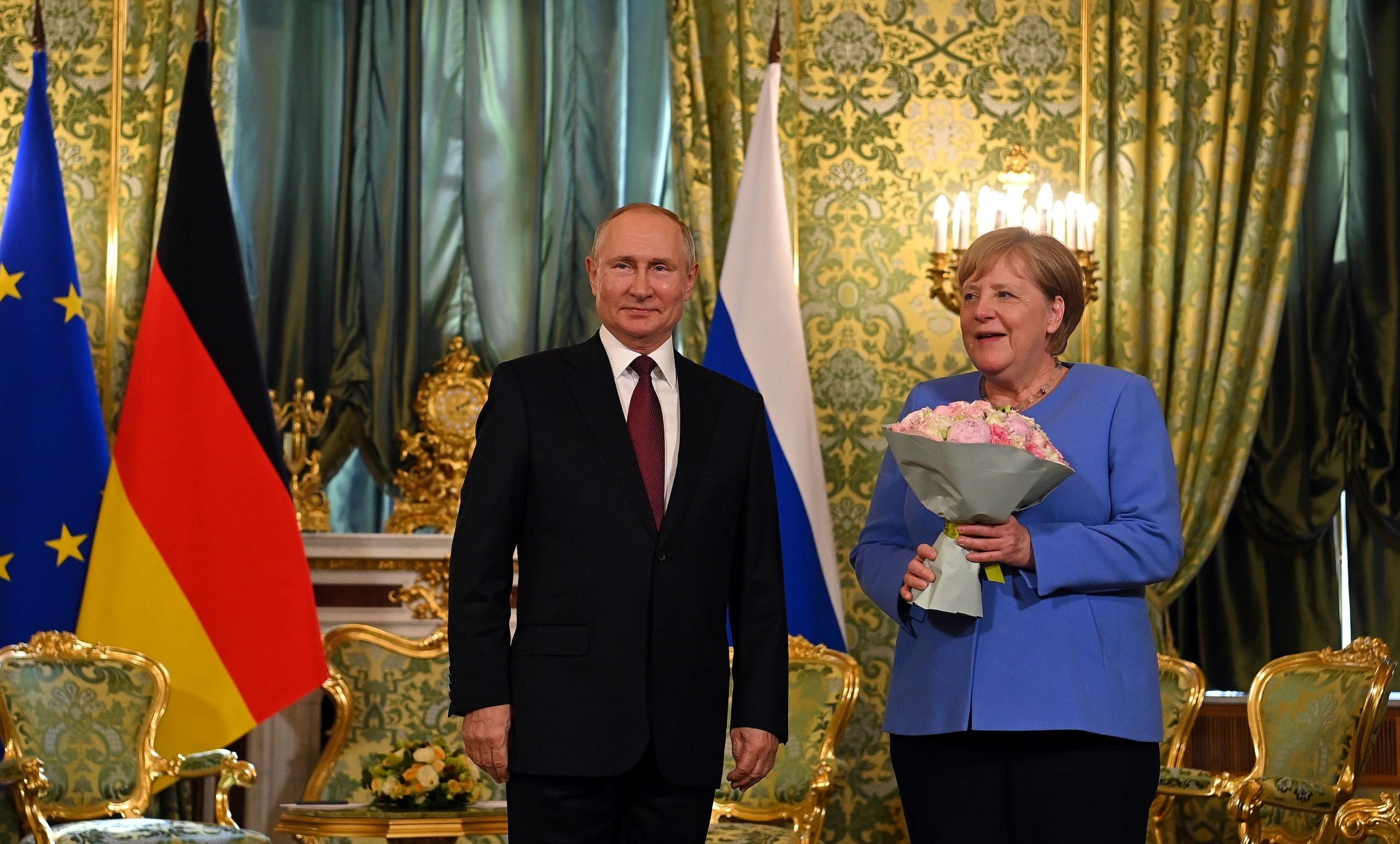 باقة من الورود هدية بوتين لميركل (رويترز)