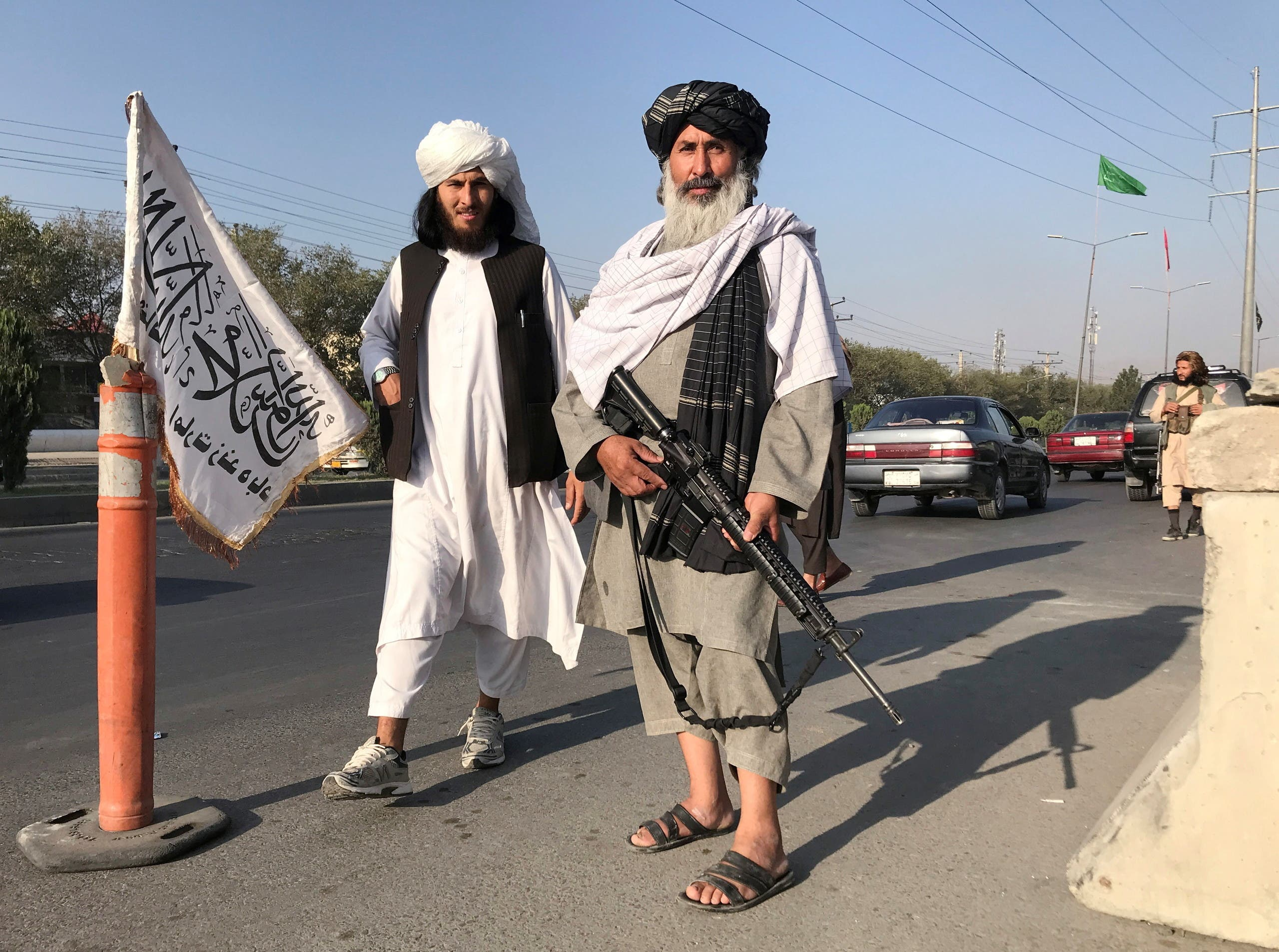 عناصر من طالبان أمام وزارة الداخيلة في كابل في 16 أغسطس