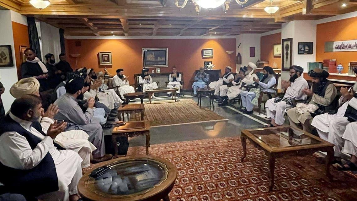 جانب من المحادثات بين كرزاي وزعماء أفغان مع عناصر من طالبان (رويترز)
