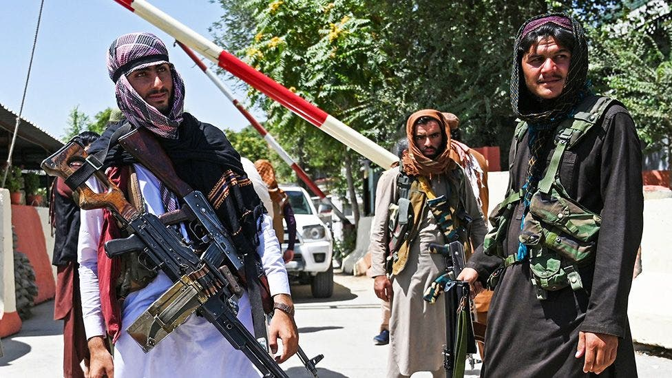 عناصر من طالبان عند أحد الحواجز