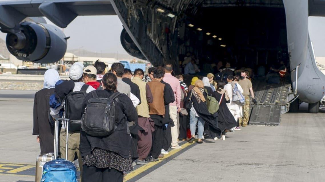 عائلات أفغانية تستعد للإجلاء عبر مطار حامد كرزاي في كابل بعد سيطرة طالبان - فرانس برس