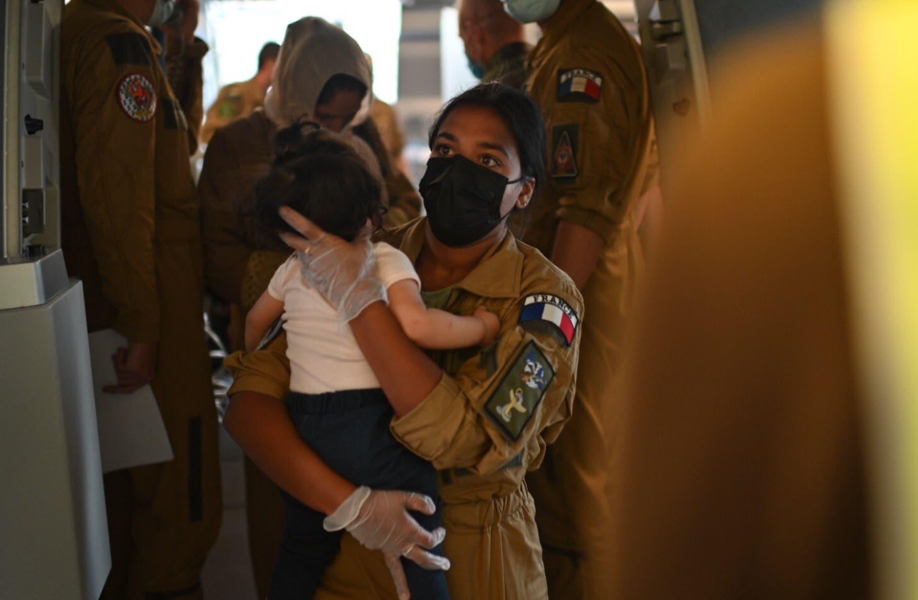 الصورة لطفل أفغاني في رحلات الإجلاء إلى فرنسا