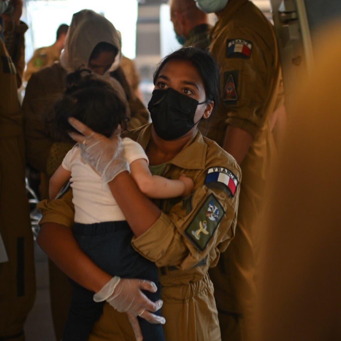 """ماكرون ينشر صورة طفل أفغاني وصل فرنسا.. ويغرد """"أهلا بك"""""""