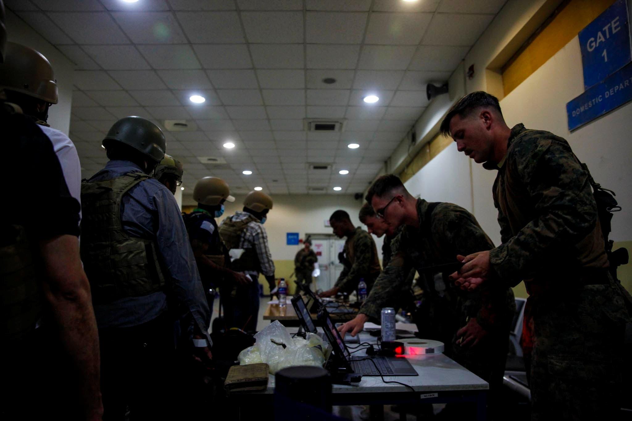 مشاة البحرية الأميركية يعملون لإجلاء أفراد وزارة الخارجية في مطار حامد كرزاي الدولي بكابل (أرشيفية من رويترز)