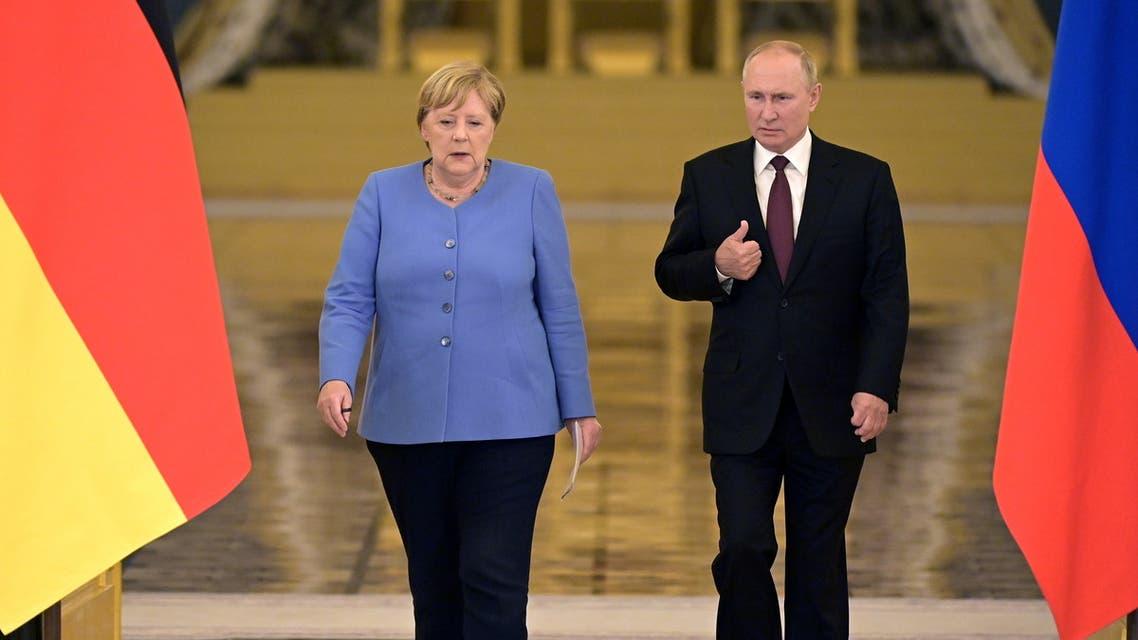 لقاء بوتين وميركل (رويترز)