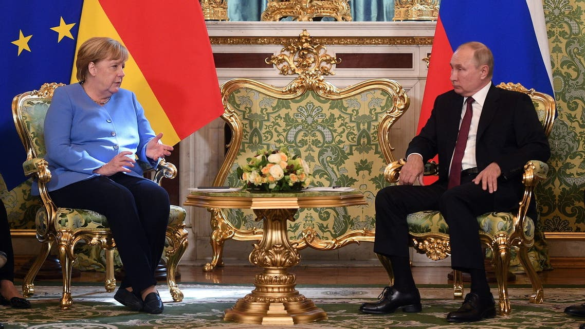 القاء اليش جمع بوتين وميركل (رويترز)