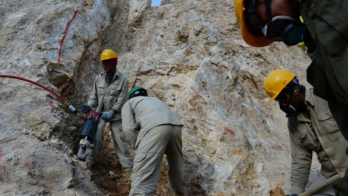 In this photograph taken on May 6, 2013, Afghan miners work at a gold mine on a mountainside near the village of Qara Zaghan in Baghlan province. (File photo: AFP)