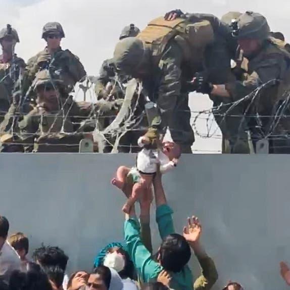 """""""أنقذوا أطفالنا"""".. لقطة لن تنتسى لرضيع أفغاني بمطار كابل"""