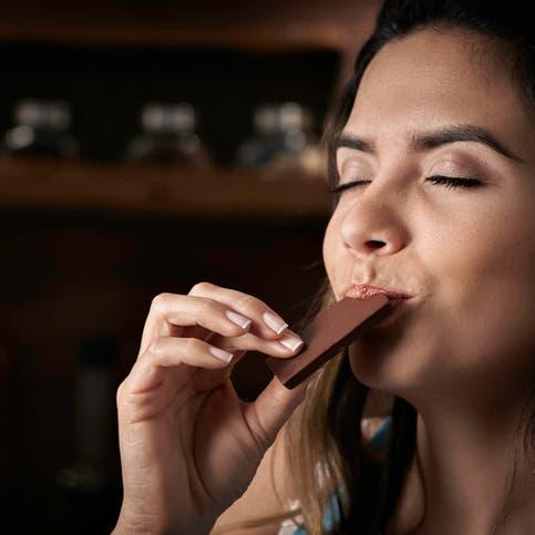 أثر لايصدق لحبة شوكولا أو زبادي يومياً.. دراسة توضح