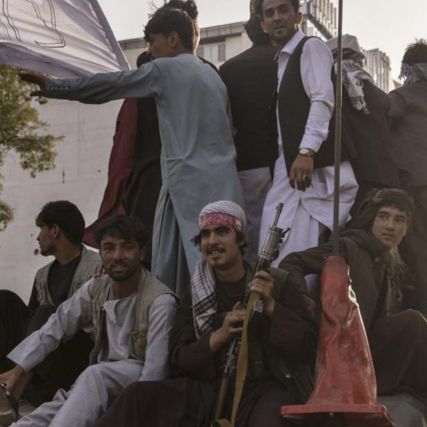 شاهد.. عناصر طالبان يتبخترون بلباس القوات الأميركية