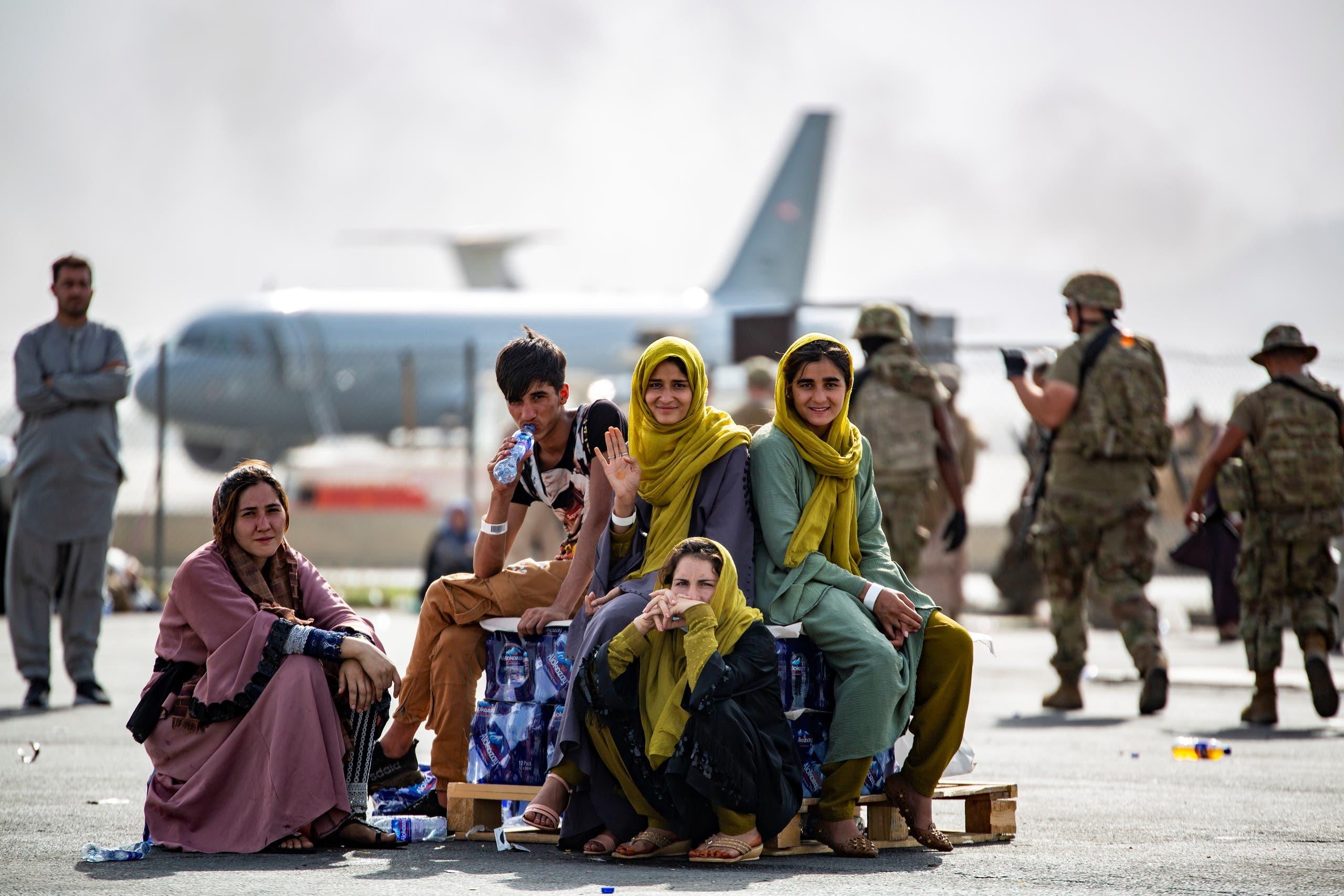 بعض الأفغان ينتظرون دورهم في الإجلاء