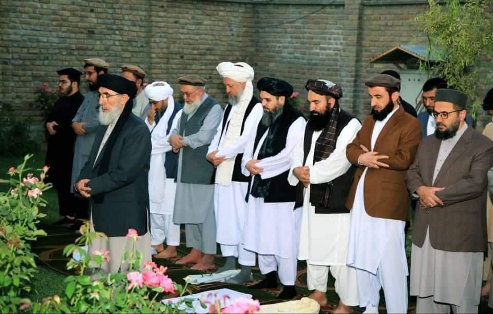 طالبان وفد کے ارکان حکمت یار کی امامت میں نماز ادا کررہے ہیں۔