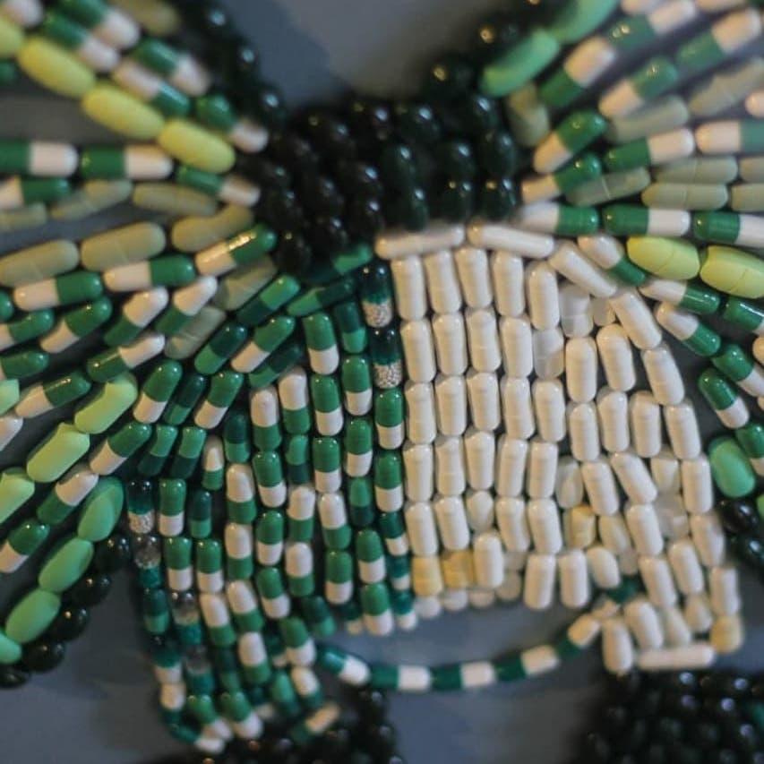 بعد وفاة والدتها بالسرطان.. فنانة مصرية تستخدم أقراص دوائها في تصميم لوحاتها