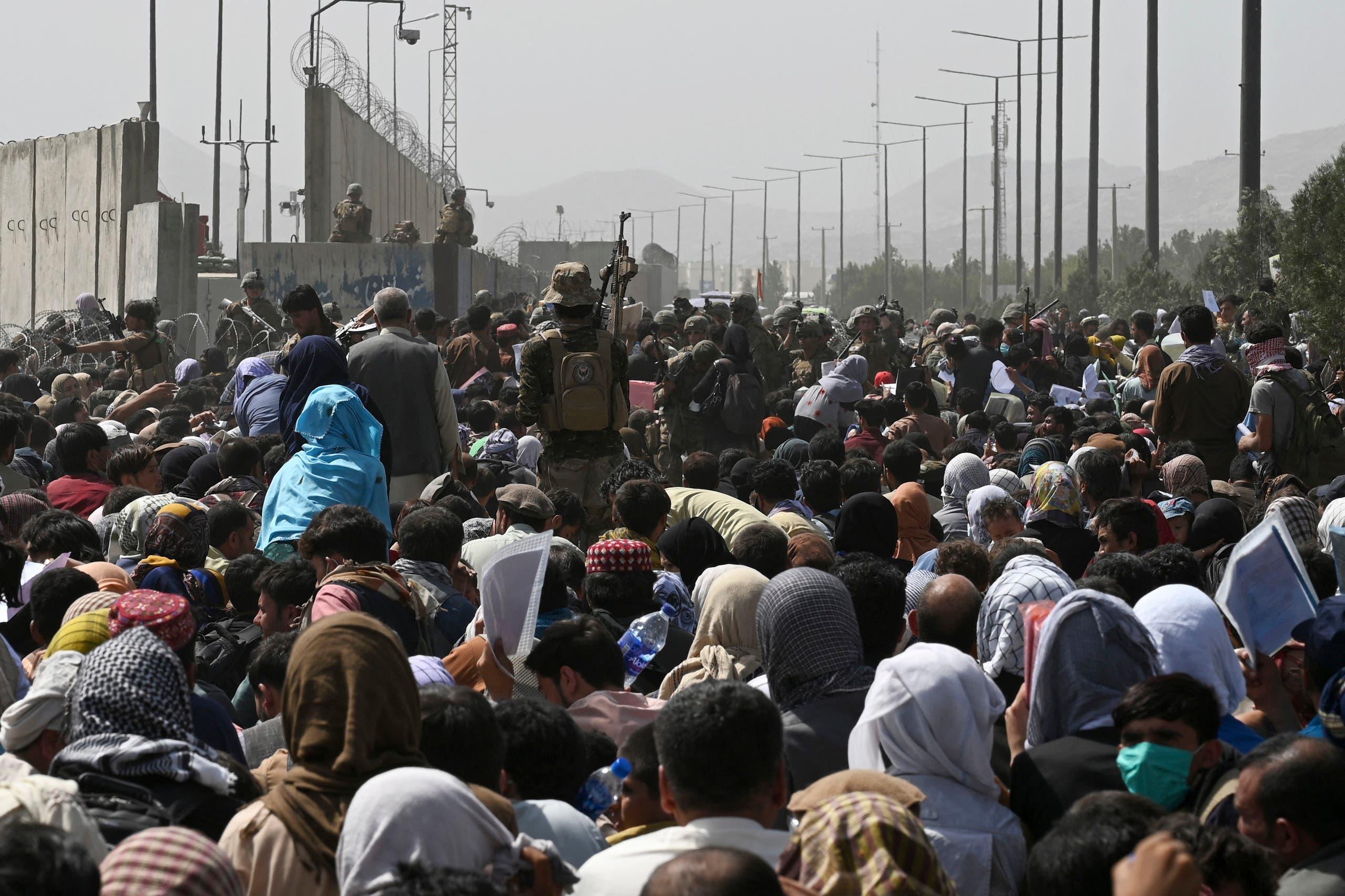 أفغان ينتظرون قرب الجزء العسكري من مطار كابل على أمل إجلائهم