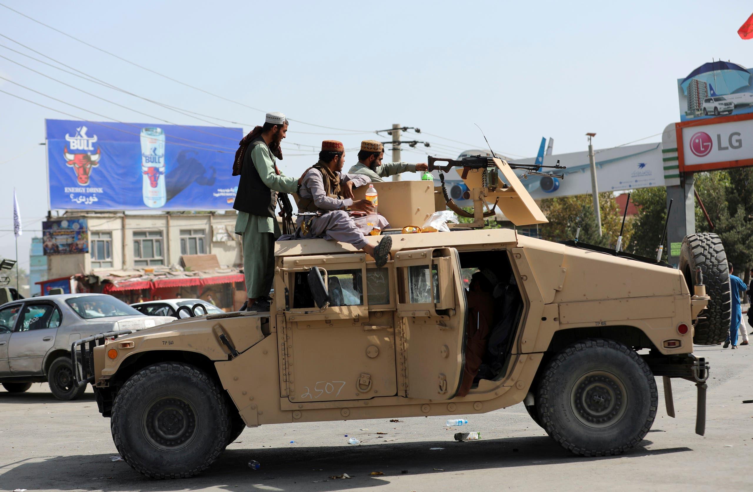 عناصر من طالبان في محيط مطار كابل