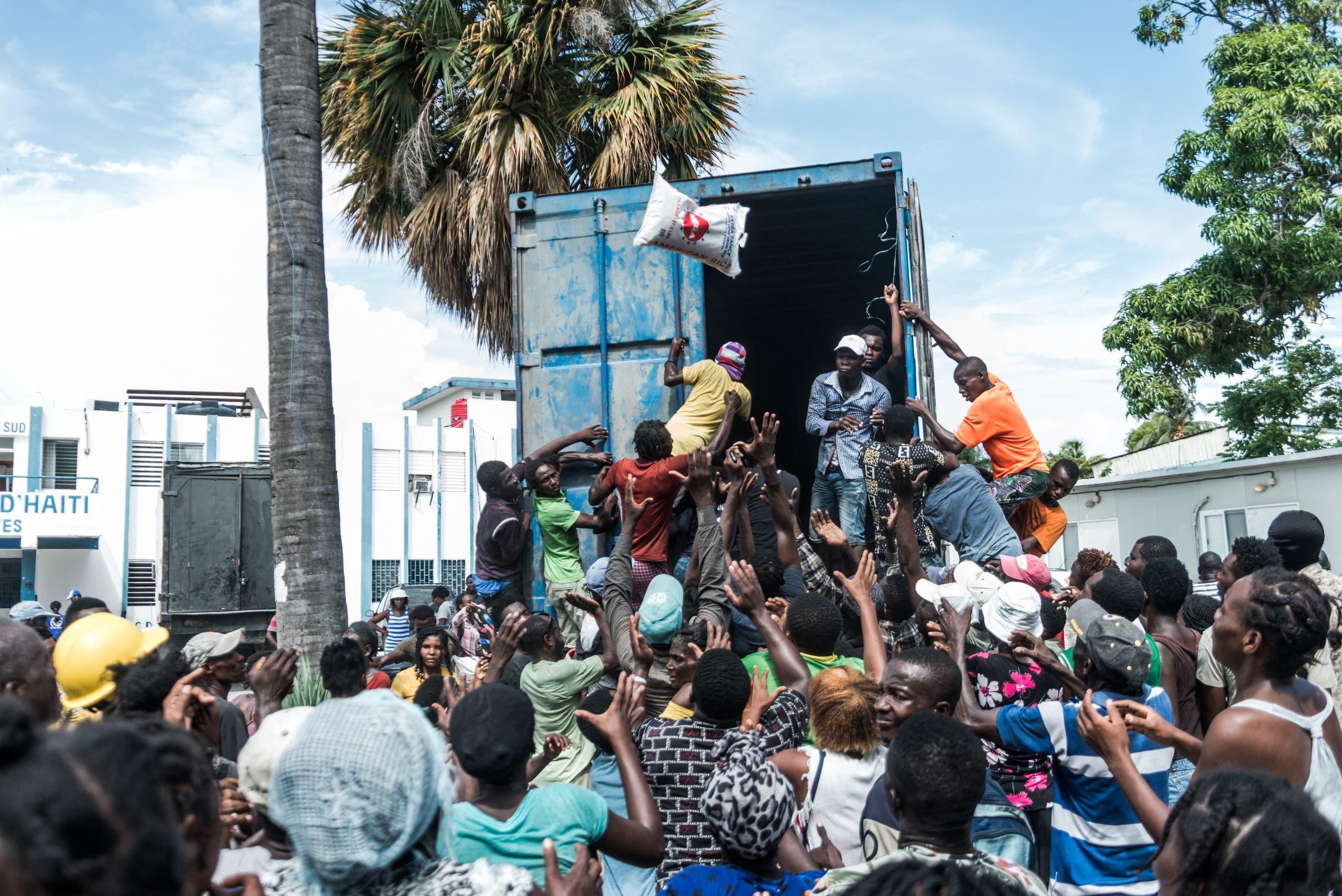 توزيع مواد إغاثية للمتضريين من زلزال هايتي