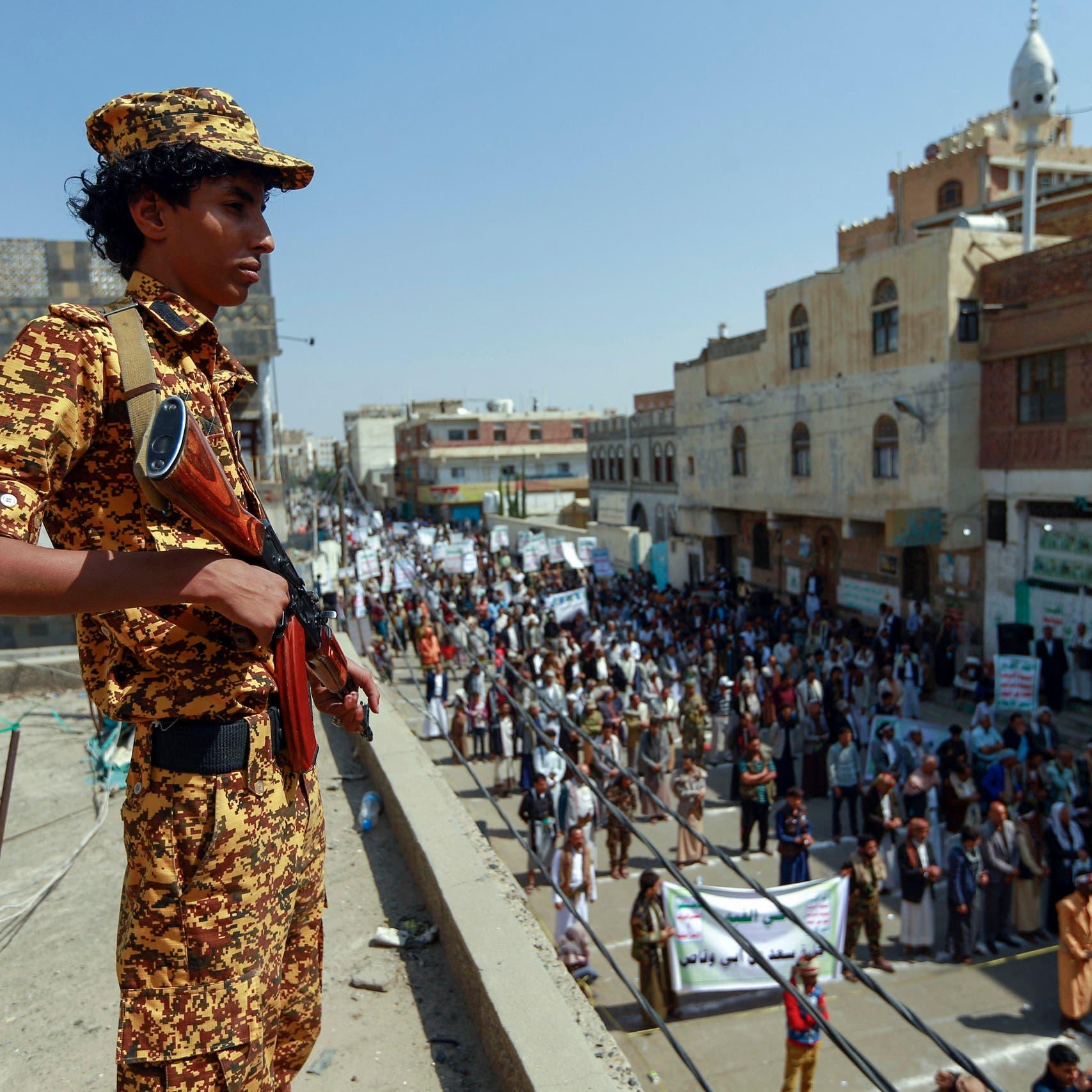 ضابط معتقل بسجون الحوثي يحاول الانتحار بسبب التعذيب