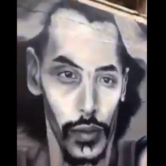 """شاهد.. دموع والد """"الجزائري المحروق ظلما"""" بعد الكشف عن جدارية لابنه"""